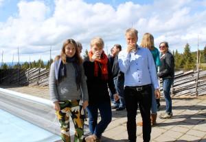 Ingrid Svanfeldt, Noora Vaarla ja Jussi Salokangas pohjoismaisen free-hallitusten kokouksen kahvitauolla Norjan Ilsetrassa.